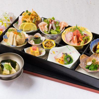 4月おすすめランチ「12種類の味を楽しめる -松花堂弁当-」